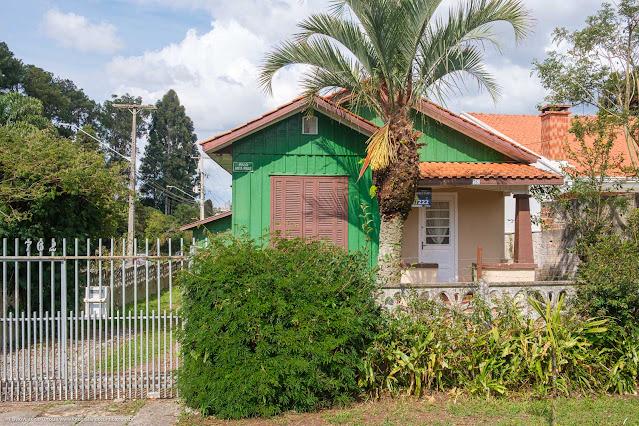 Fachada de casa de madeira pintada de verde