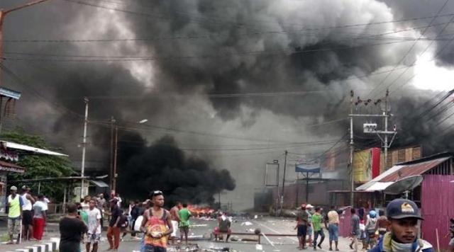 Aksi demonstrasi berujung rusuh terjadi di Manokwari, Papua Barat, Senin (19/8). (STR / AFP