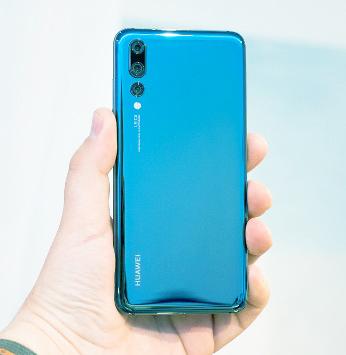 يمثل Huawei P20 Pro تحولًا مهمًا للشركة الصينية ، حيث يقدم واحدة من أفضل تجارب هواتف الكاميرا في السوق.    ربما يكون قد حل محله ماتي 20 برو الأحدث ، لكن لا تأخذ شيئًا من هاتف P20 Pro ، فلا يزال هذا الهاتف عبارة عن هاتف كاميرا رائع.    قطعة الحفلة هي إعداد الكاميرا الثلاثية على ظهرها. تحتوي الكاميرات الثلاث على عدد ميجابكسل مدمج يبلغ 68 ميجابكسل. تشوك الكاميرا الأمامية التي تواجه 24MP في المزيج أيضا والهاتف لديه إجمالي عدد 92MP.  يتم دعم الكاميرا الرئيسية بدقة 40 ميجابكسل بواسطة مستشعر 20 ميجابيكسل بالأبيض والأسود يساعد في معالجة الصور ، بما في ذلك تقليل الضوضاء وتحسين النطاق الديناميكي - على الرغم من أن P20 Pro يصور افتراضيًا عند 10MP.