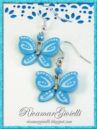 Orecchini a forma di farfalle creati con lo smalto per unghie