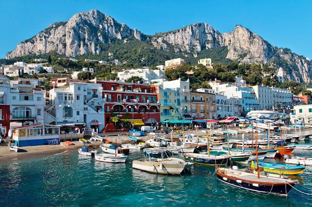Barcos para ir até a Ilha de Capri na Itália
