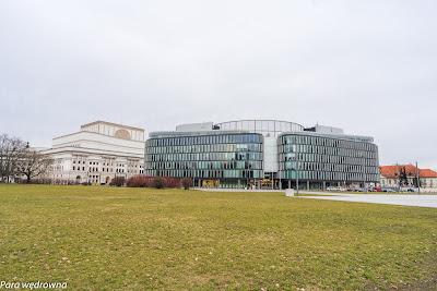 Budynek Metropolitan (z prawej) i fragment gmachu Teatru Wielkiego