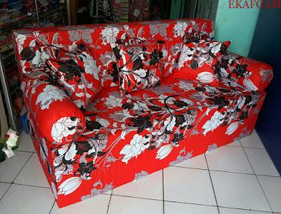 Sofa bed inoac dengan  motif bunga manohara merah