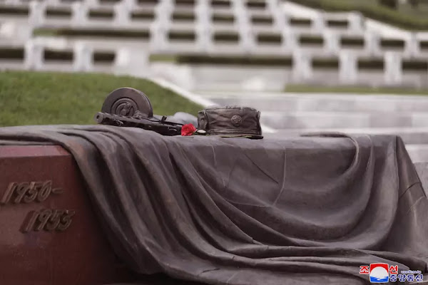 (2) Kim Jong Un visits war martyrs cemetery