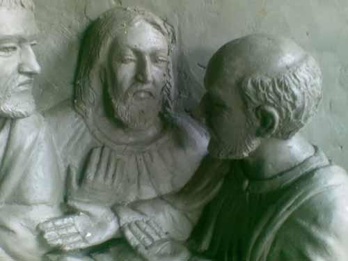 detil patung tokoh relief perjamuan suci