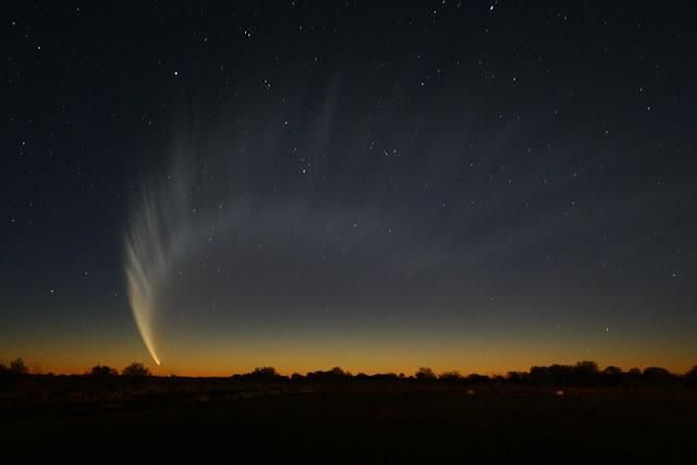 Sao chổi McNaught tỏa sáng rực rỡ trên bầu trời thành phố Lawlers, bang Western Australia, nước Úc. Hình ảnh: Sjbmgrtl.