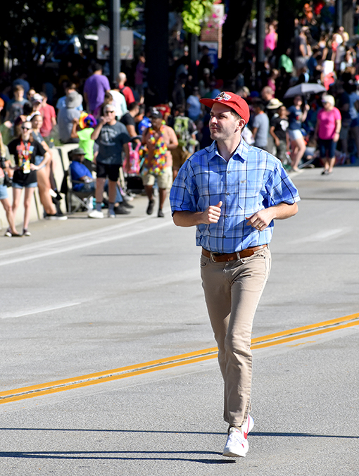 Run, Forrest, Run! | Dragon Con Parade 2019 | Photo: Travis Swann Taylor