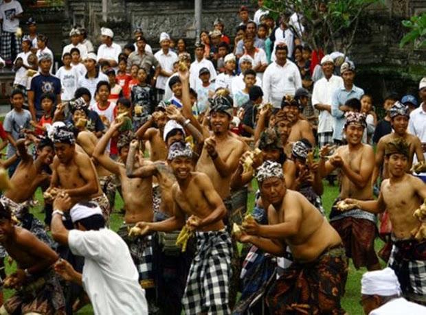 Tradisi Lebaran Ketupat dan Perang Topat di Lombok