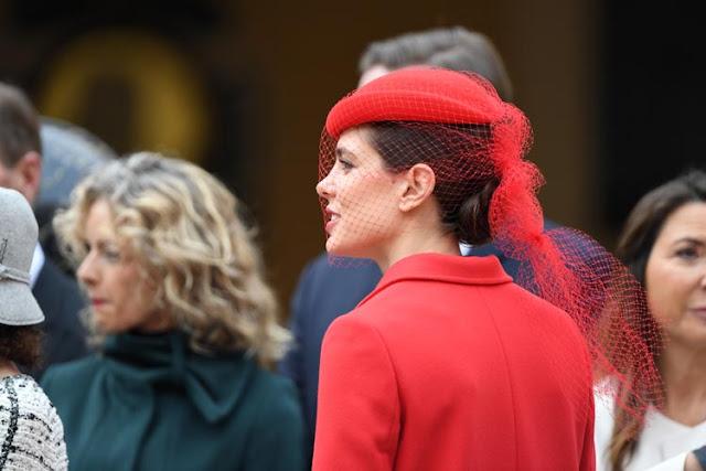 Carlota de Mónaco de perfil con chaqueta y tocado en rojo