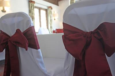 Stuhlschleifen in Bordeaux für Hussenstühle - Hochzeit im Riessersee Hotel Garmisch-Partenkirchen