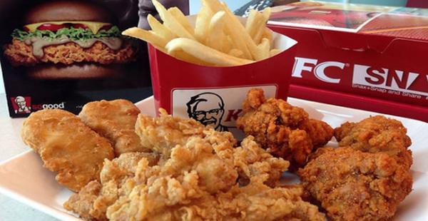 Niño descubre gusanos en hamburguesa de KFC