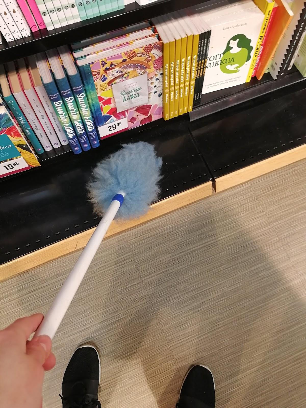 pölyhuisku hidasta elämää suomalainen kirjakauppa myymälän siistiminen