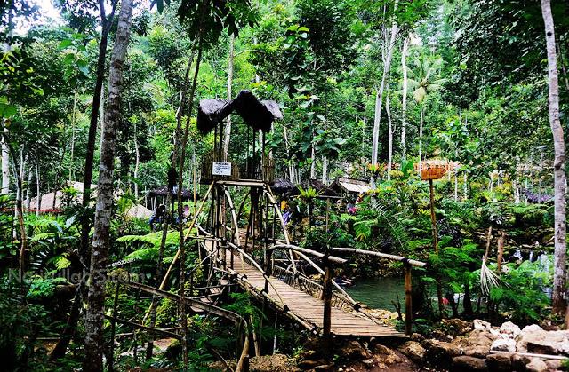 Jembatan bambu di Taman Sungai Mudal