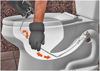 Luồn móc treo quần áo vào bồn cầu