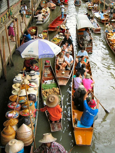 The most famous of these floating markets is the Damnoen Saduak market in the Ratchaburi Province, about 100 kilometers southwest of Bangkok. - When You Go Shopping At This Incredible Market, Bring A Bag AND A Boat