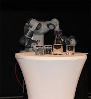 ABB har utvecklat en tvåarmad kollaborativ robot med flexibla händer. YuMi heter den. Vi fick se en liten demo där roboten styrdes via en persons rörelser bredvid.