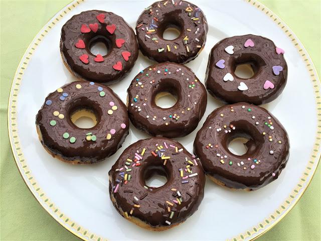 Schokoladen Donuts mit Zuckerdekoration
