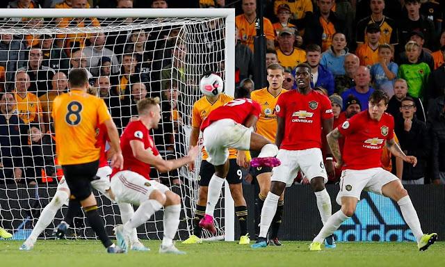 اللاعب روبين نيفيز اثناء تسديد الهدف