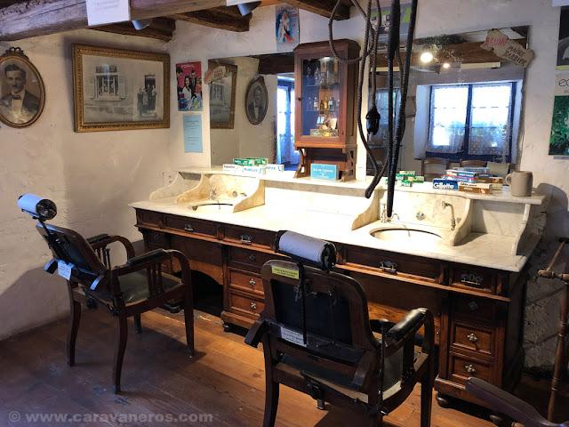 Barbería antigua en el Ecomuseo de Alsacia | Alsacia y selva negra en autocaravana con niños