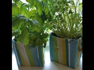 Kaksi värikästä koria, joista kasvaa vihreää