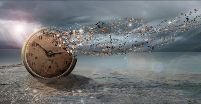 Reloj de bolsillo desintegrándose sobre agua