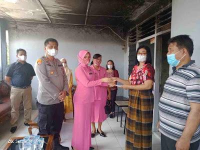 Kapolsek - Medan - Area - dan - Ibu Bhayangkari - Serahkan - Bantuan Dana -Tali Asih - Untuk - Aiptu TP Silalahi