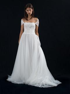 Per il 2018 le acconciature naturali vincono sulle altre. Un abito da sposa  romantico si abbina alla perfezione con una bella ed elegante acconciatura  da ... ab3dbef1340