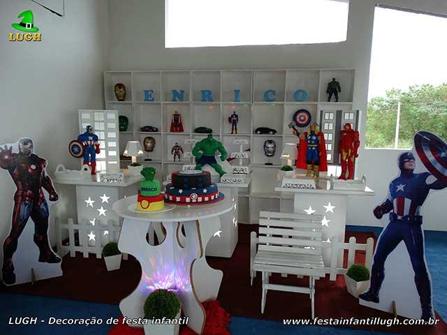 Decoração tema Vingadores provençal com escaninhos para festa de aniversário infantil