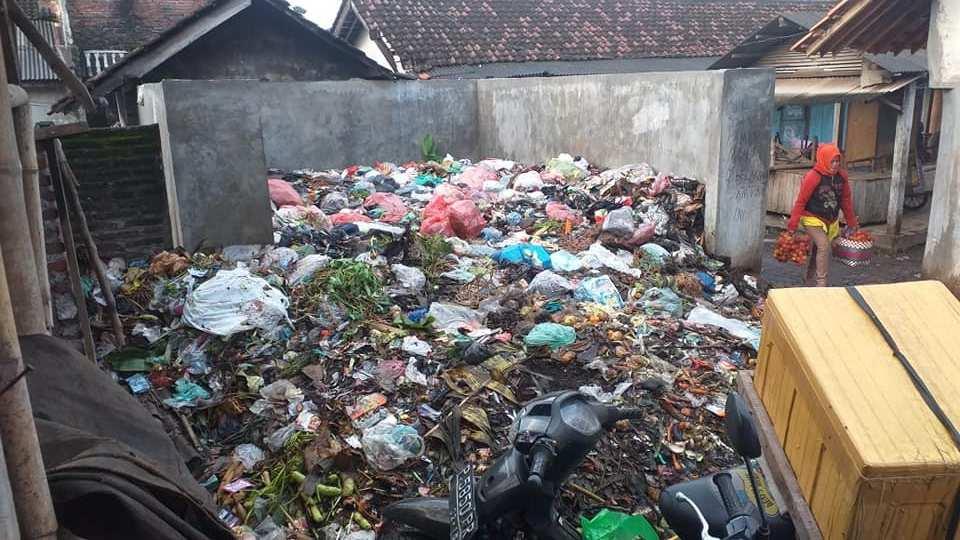 Beberapa Hari Tak Diangkut, Sampah di Pasar Randuagung Menumpuk