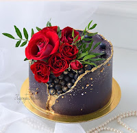 K'Mich Weddings - wedding planning - cake ideas - geode cake with blueberries in the center