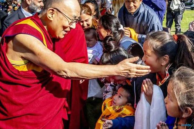 Dalai Lama Beberkan Pelecehan Seksual Guru Buddha Sejak 1990