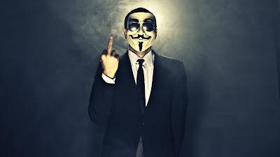 Anonymous sacando el dedo con luz de fondo