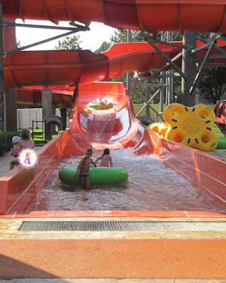 Катание в аквапарке на надувных плюшках в Болгарии