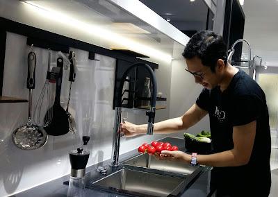 Blogger Eksis mencoba produk kitchen sink