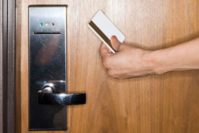 Resultado de imagen de puertas de hoteles con tarjeta