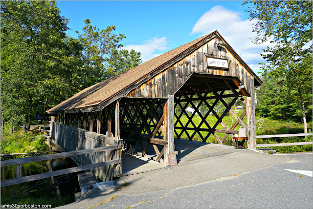 Bull Run Covered Bridge en Shirley, Massachusetts (Réplica de un Town Lattice Truss)
