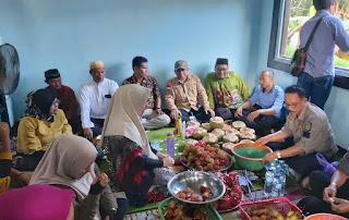 Warga Desa Bangun Rejo Suguhkan Hasil Kebun Kepada Bupati Kotabaru