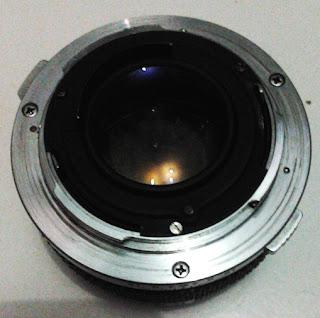 Olympus F.zuiko 50mm f/1.8 tampak belakang