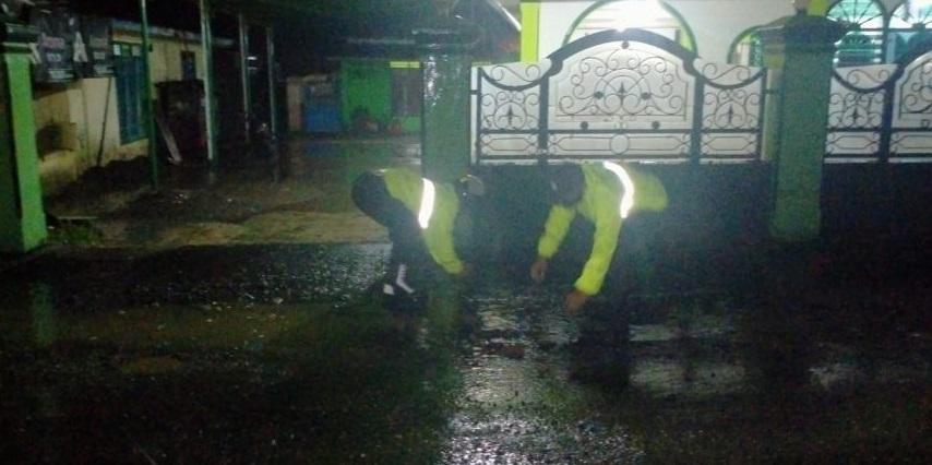 Malam-malam, Polisi Tutup Jalan Berlubang di Padamara