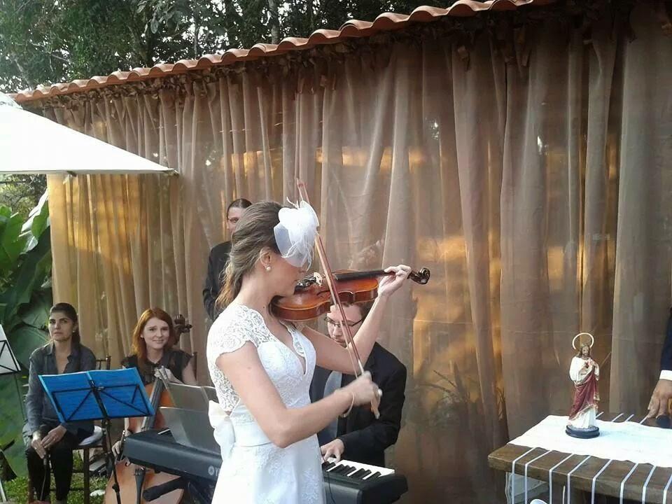 Debora noiva tocando violino em Belo Horizonte