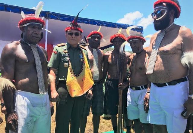 Pangdam XVII Cenderawasih Dinobatkan Sebagai Kepala Suku Besar Pegunungan Tengah Papua