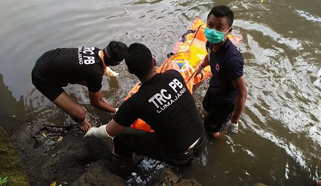 Evakuasi pria yang ditemukan tewas di Sungai Bondoyudo