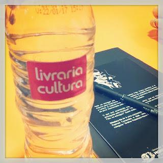 Garrafa d'água servida no evento com o rótulo da Livraria Cultura