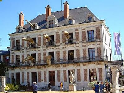http://commons.wikimedia.org/wiki/File%3ABlois.Maison_de_la_Magie.wmt.jpg