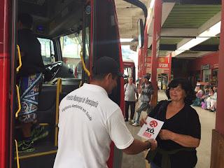 Distribuição de panfletos da campanha de combate ao Aedes Aegypti na rodoviária