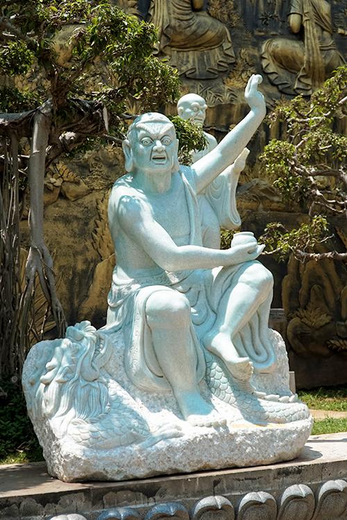 Bên ngoài chùa, nằm ở cánh tả là một khu vườn được bố trí nhiều tượng La Hán. Hàng chục bức tượng được tạc nên nhờ công đức của Phật tử.