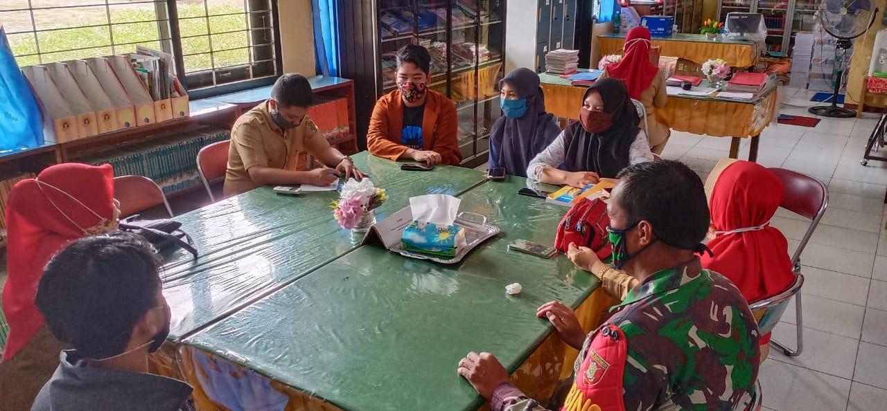 Jalin Silaturahmi, Babinsa Koramil 01/Tenggarong Serka Heri Sutopo Komsos dengan Guru SMA N 2 Tenggarong