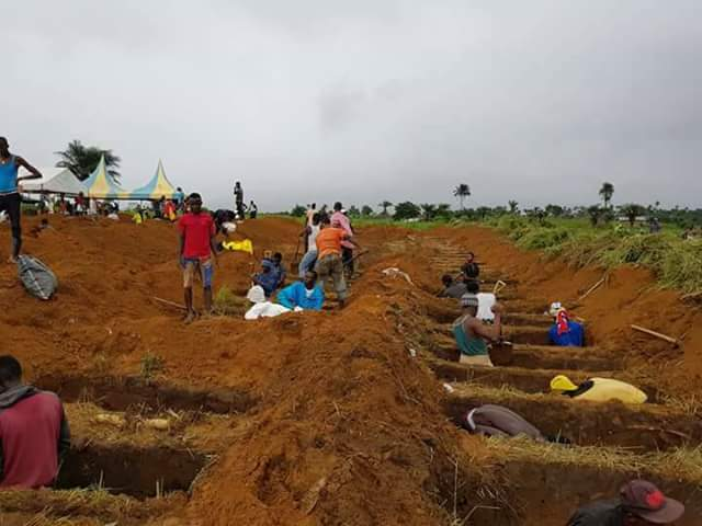 Photos: Graves being dug for the burial of the remaining victims of devastating mudslide in Freetown, 600 still missing
