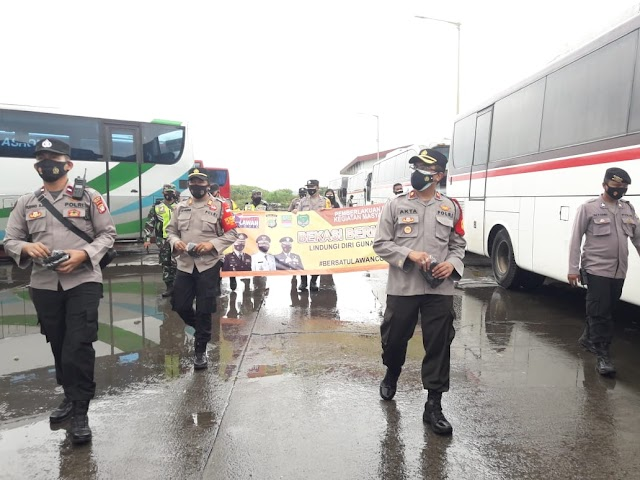 Mencegah Penyebaran Covid 19 , Polsek Cikarang Barat Giat Tematik Bagikan Masker Pada Penumpang Dan Pengemudi Di Pul Sinar Jaya .