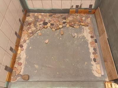 Duschtasse aus Kieselsteinen